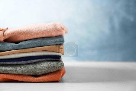 Photo pour Pile de vêtements colorés sur fond bleu - image libre de droit