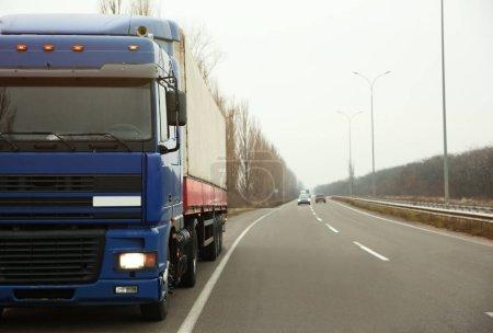 Photo pour Camion sur la route. Concept de livraison et d'expédition . - image libre de droit