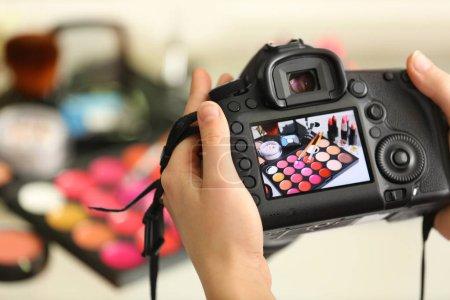 Photo pour Photo du kit de maquillage sur l'affichage de la caméra lors du tournage - image libre de droit