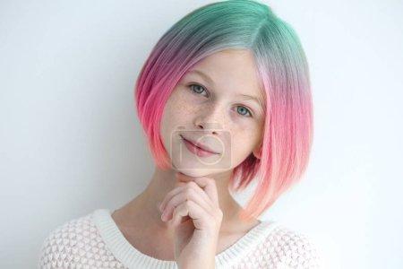 Photo pour Concept de coiffure tendance. Fille avec des cheveux colorés teints sur fond blanc - image libre de droit