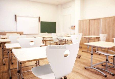 Photo pour Salle de classe vide avec chaises et bureaux - image libre de droit