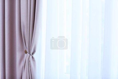 Photo pour Chambre la fenêtre avec des rideaux blancs et gris, gros plan - image libre de droit