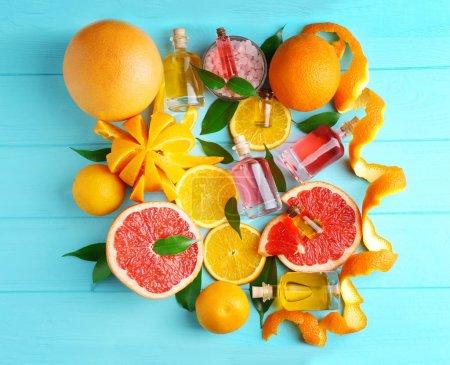 Photo pour Huile d'arôme avec agrumes sur fond de couleur - image libre de droit