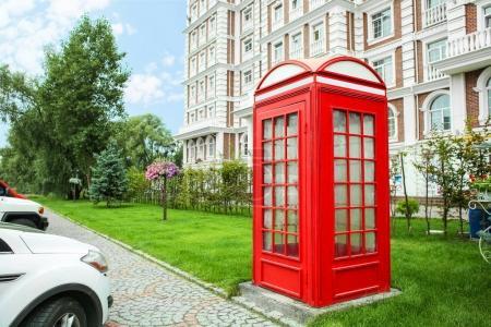 Photo pour Cabine de téléphone rouge sur la rue de la ville - image libre de droit