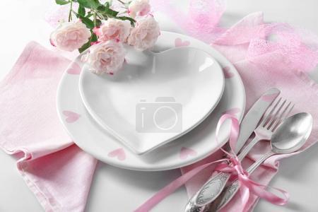 Photo pour Réglage de la belle table romantique avec fleurs - image libre de droit