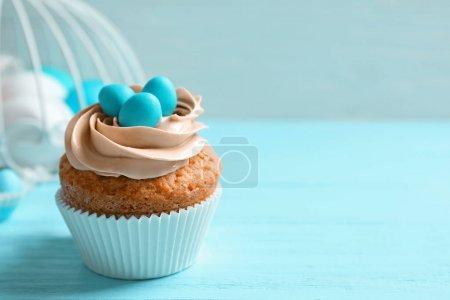 Foto de Sabroso cupcake de Pascua en la mesa azul - Imagen libre de derechos