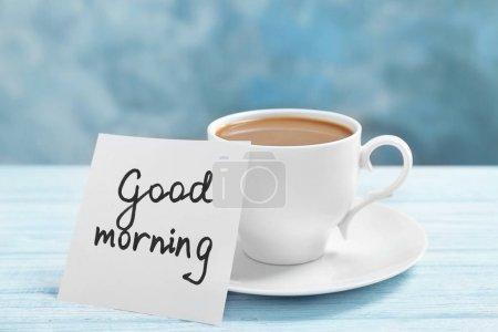 Photo pour Remarque avec la phrase Bonjour et tasse de café sur la table - image libre de droit