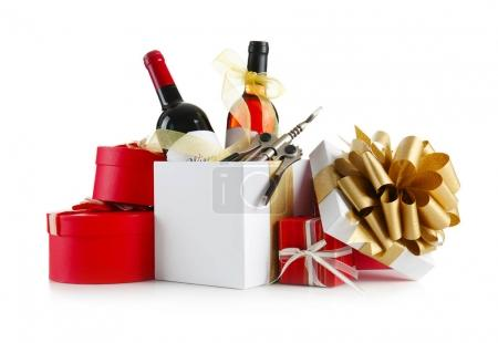Photo pour Bouteilles de vin décorées et boîtes-cadeaux sur fond blanc - image libre de droit