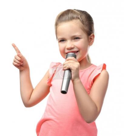 Foto de Niña linda con micrófono sobre fondo blanco - Imagen libre de derechos