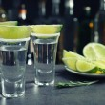Постер, плакат: Tequila shots with juicy lime
