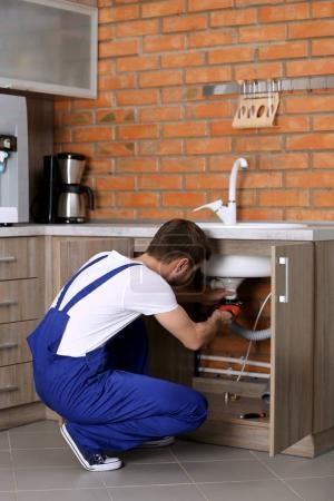 schöner Klempner in der Küche