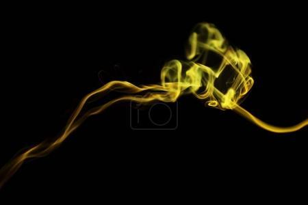 Foto de Remolino de humo amarillo sobre fondo negro - Imagen libre de derechos