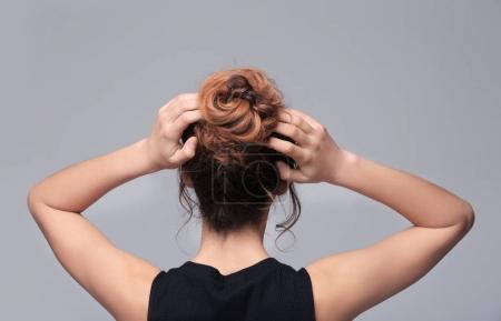 Photo pour Femme avec coiffure moderne sur fond gris - image libre de droit