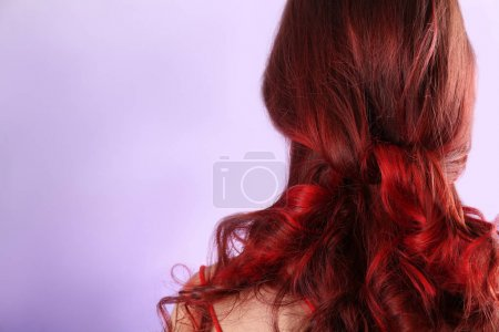 Photo pour Belle jeune femme avec les cheveux teints sur fond de couleur - image libre de droit