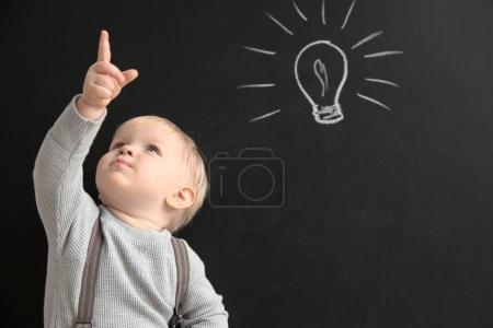 Photo pour Mignon petit garçon avec tableau noir sur fond - image libre de droit