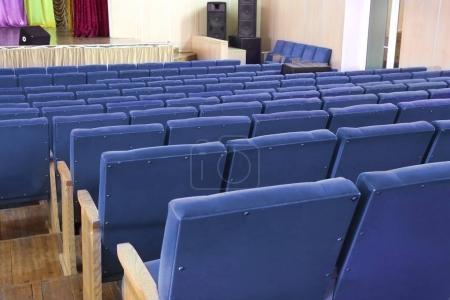 Stühle in der Aula