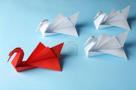 Photo pour Boss vs Leader concept. Oiseaux origami blanc derrière rouge sur fond bleu - image libre de droit