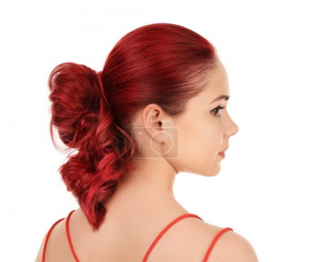 Photo pour Belle jeune femme aux cheveux teints sur fond blanc - image libre de droit