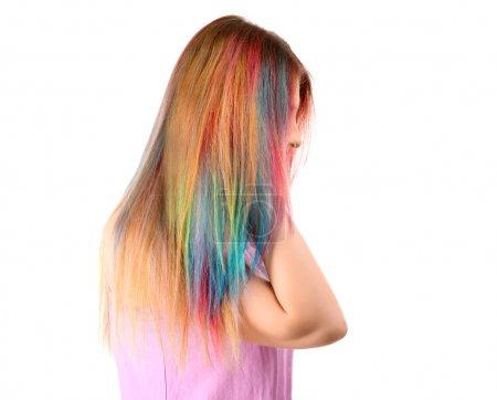 Photo pour Concept de coiffure tendance. Jeune femme avec des cheveux colorés teints sur fond blanc - image libre de droit