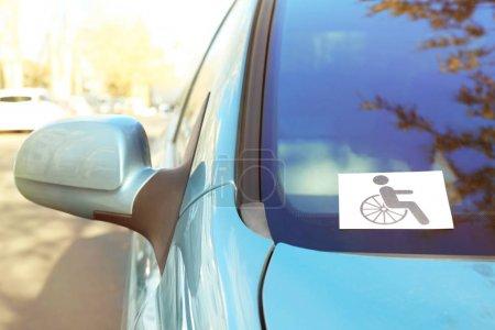 Symbol für Behinderte im Auto