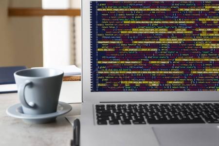 Photo pour Ordinateur portable de programmeur avec code de script sur l'écran - image libre de droit