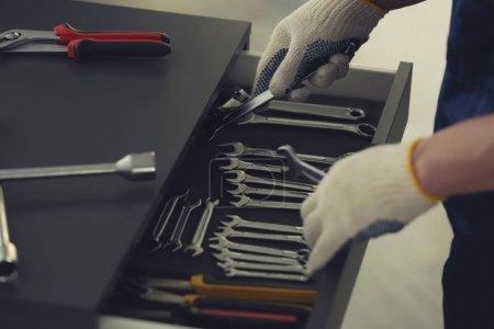 Auto mechanic selecting tools