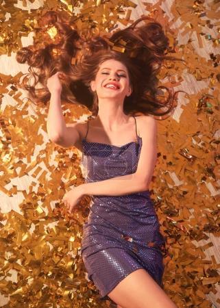 Photo pour Belle jeune femme couchée sur le sol à la fête - image libre de droit