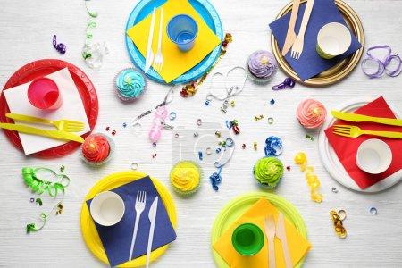 Photo pour Plaques à gâteaux d'anniversaire et les barquettes sur table en bois - image libre de droit