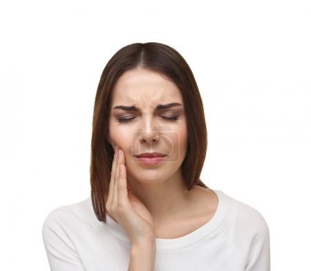 Photo pour Belle jeune femme souffrant de maux de dents sur fond blanc - image libre de droit