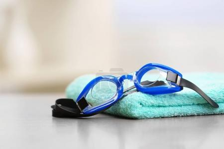 Swimming goggles with towel