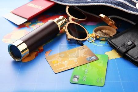 Photo pour Cartes de crédit avec spyglass sur fond de carte mondial - image libre de droit