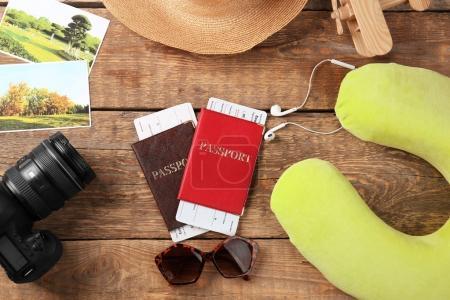 Photo pour Oreiller de voyage et choses pour voyager sur fond en bois - image libre de droit