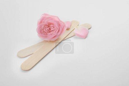 Paire de bâtons en bois et fleur