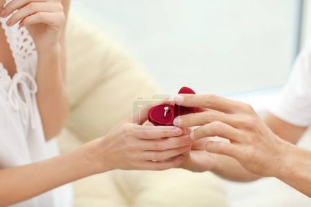 Homme avec la bague de fiançailles, faire proposition de mariage de la femme à la maison