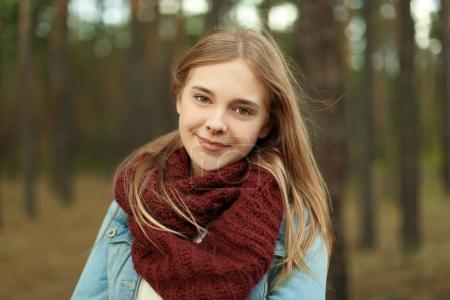 Photo pour Portrait de belle jeune femme souriante à l'extérieur - image libre de droit
