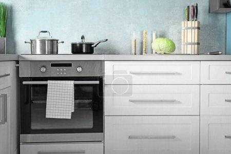 Photo pour Intérieur de cuisine moderne à nouveau four - image libre de droit