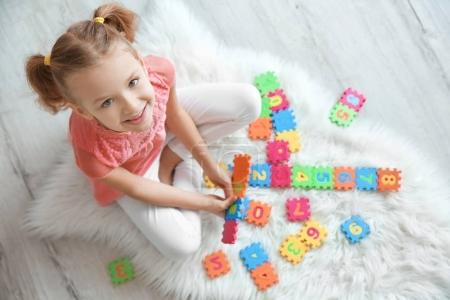 Photo pour Petite fille mignonne jouant avec des éblouissements à la maison - image libre de droit