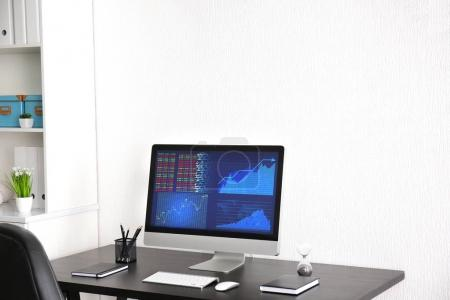 Photo pour Travail confortable moderne avec l'ordinateur sur le Bureau à la maison - image libre de droit