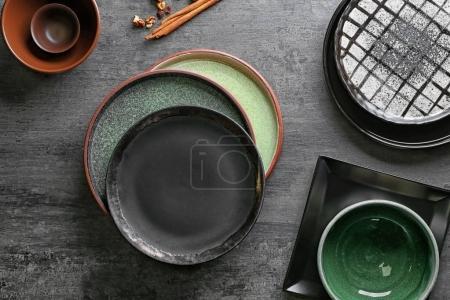 Vaisselle en céramique sur fond gris