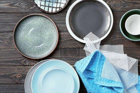 Ensemble de vaisselle sur fond en bois