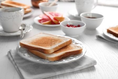 Photo pour Assiette avec des toasts frais délicieux sur la table - image libre de droit