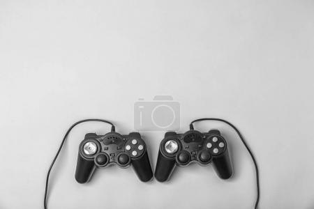 Photo pour Contrôleurs de jeux vidéo sur fond clair - image libre de droit