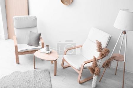 Foto de Interior de la habitación moderna con modernos sillones blanco - Imagen libre de derechos