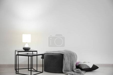 Foto de Interior sala de estar con mesa y puf junto a la pared - Imagen libre de derechos
