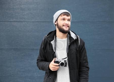 Photo pour Portrait d'homme branché hipster avec caméra sur fond couleur - image libre de droit