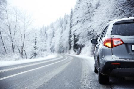Photo pour Voiture sur route de campagne par temps neigeux - image libre de droit