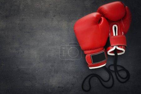 Photo pour Gants de boxe sur fond gris - image libre de droit
