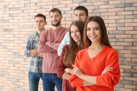 Photo pour Groupe de jeunes debout ensemble, à l'intérieur. Concept d'unité - image libre de droit
