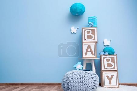 Foto de Hermosas decoraciones para fiesta de la ducha del bebé cerca de la pared de color - Imagen libre de derechos