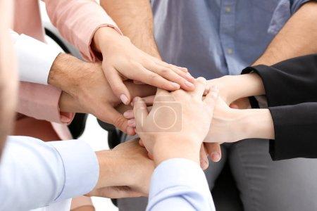 Photo pour Les jeunes mettent les mains ensemble, gros plan. Concept d'unité - image libre de droit